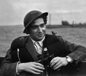Robert Capa durante o conflito do Dia D, na Segunda Guerra Muncial
