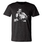 """Cash dá um """"joinha"""" em paródia da imagem de San Quentin. Fonte: Shirt Nerdery."""