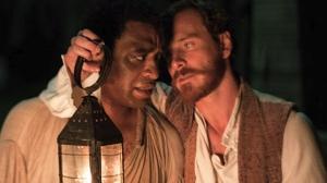"""Chiwetel Ejiofor e Michael Fassbender em cena de """"12 Anos de Escravidão"""""""