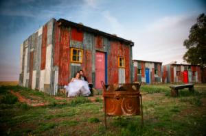 Recém-casados após seu casamento no Emoya. Zachary Levenson observa que os números dos quartos são feitos para imitar marcações de numeração como as das favelas, pintadas nas portas de lata.