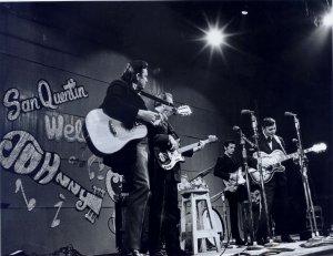 Johnny Cash em San Quentin, em 1969, com Carl Perkins à direita. Fonte: Field Trip South.