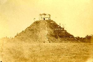 Pirâmide Kukulkan, em Chichén Itzá (a primeira fotografia desta pirâmide na história). Désiré Charnay, 1860.