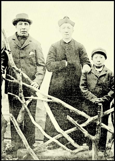 Antes de seu regresso da Europa, o menino Calafate com o sacertode José Maria Beauvoir.