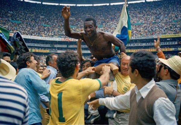 Pelé comemorando o tri na histórica Copa do Mundo de 1970, no México