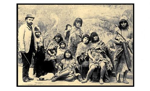 O baleeiro Maurice Maitre com um grupo selk'nam enviado para a Exposição Universal de Paris, em 1889.