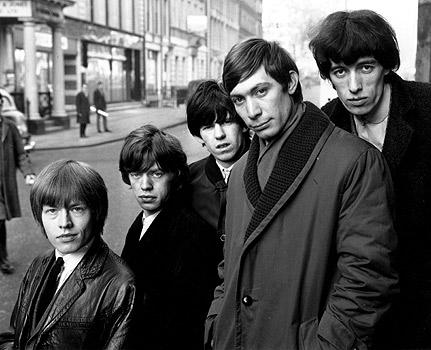 Primeira formação dos Rolliing Stones: (da esq. para dir.)  Brian Jones (1942 - 1969), Mick Jagger, Keith Richards, Charlie Watts  e Bill Wyman.