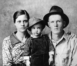 Elvis ainda criança, acompanhado de seus pais: o cantor teve um irmão gêmeo, que morreu durante o parto.