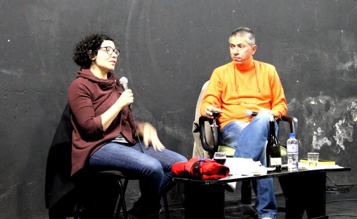 Andrea del Fuego e Jorge Valentim durante mesa no Festival Gaveta Livre