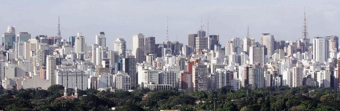 Vista do Bairro dos Jardins, parte arborizada e ao fundo os prédios na região da Avenida Paulista.