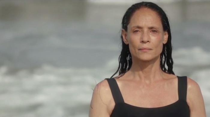 Sonia Braga, na pele de Clara, depois de banhar-se nas águas da praia de Boa Viagem