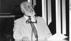 Abdias Nascimento durante discurso no Senado entre 1997 e 1999
