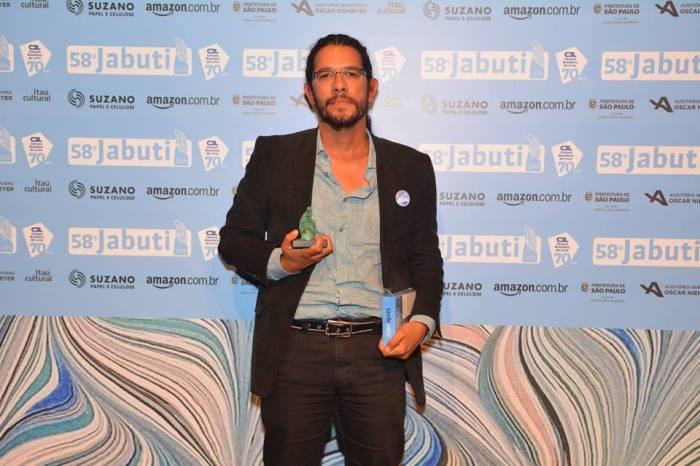 Wilson Alves-Bezerra foi o vencedor na Escolha do Leitor, na categoria Poesia, da 58ª edição do Prêmio Jabuti.