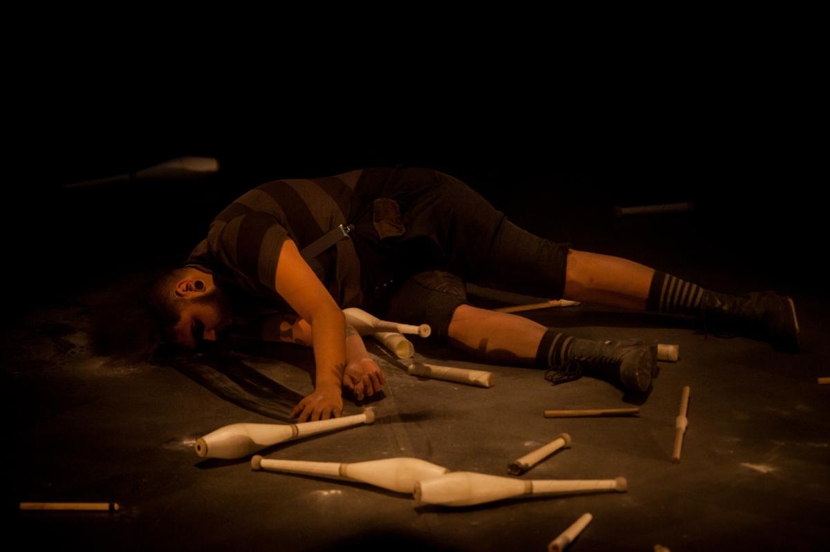 Pesquisadora da linguagem circense contemporânea, a companhia Lar Doce Lar abre a programação de dezembro do Terça Tem Teatro